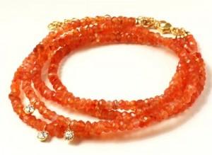 armbånd med karneoler og krystal vedhæng