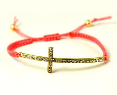 Kors med krystaller og pink polyestersnor