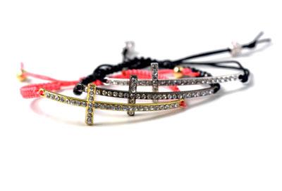 macramé armbånd med kors og krystaller