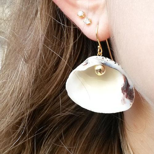 ørering med muslingeskaller og dublé perle