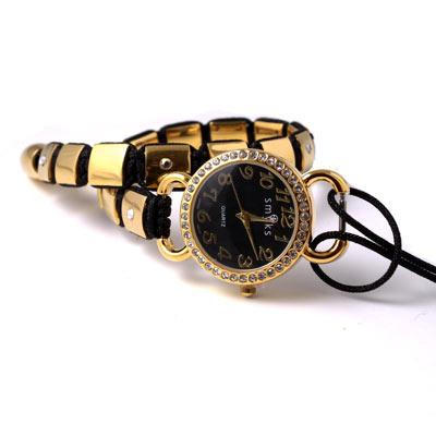 knyttet armbånd med ur
