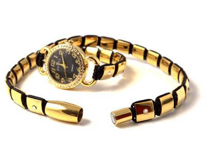 magnetlås i knyttet armbånd med ur