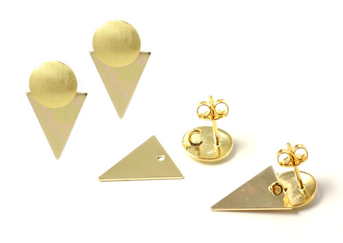 ørestikker med børstede mønter og trekanter