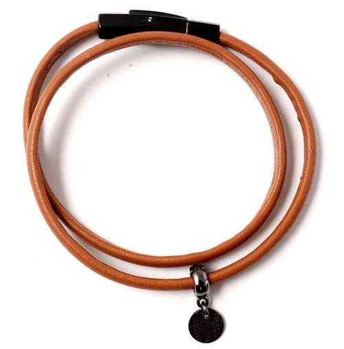 læderarmbånd med charm i oxideret sterlingsølv
