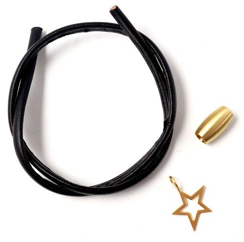 armbånd med sort kalveskind og stjernevedhæng og magnetlås