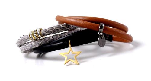 armbånd med smal læderrem og charms