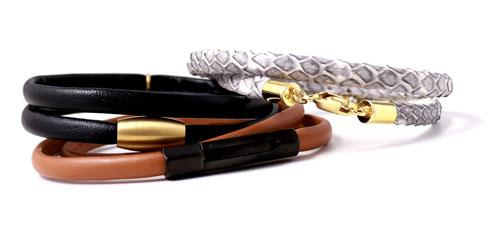 armbånd i læder og med magnetlåse og karabinlås