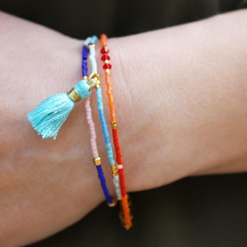 Armbånd med seed beads i sommerfarver og kvaste