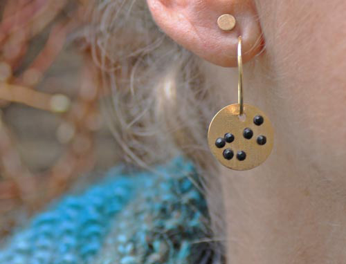 øreringe med forgyldt plade og sorte krystaller