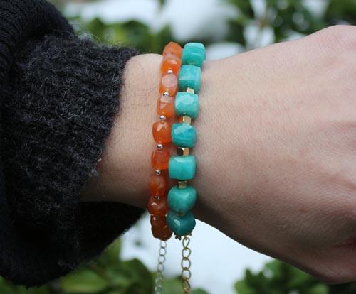 Armbånd med cubes og perler i amazonit og karneol