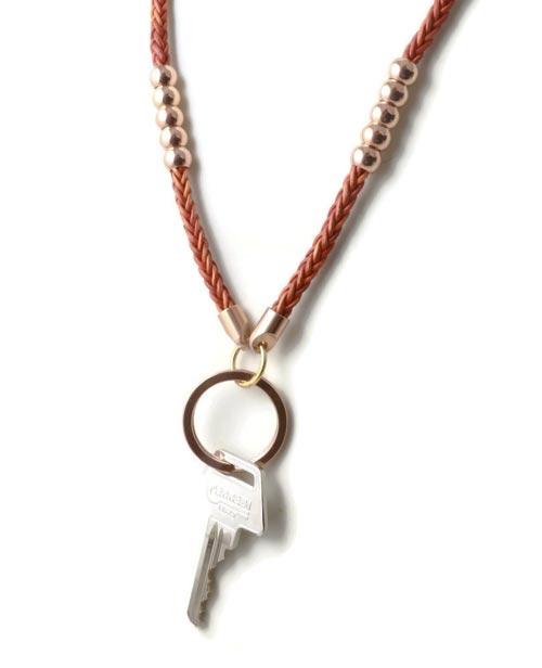 keyhanger med rosaguld og flettet læder