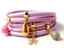 Læderarmbånd med charms.