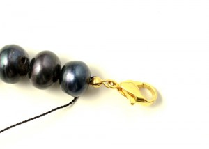 karabinlås på halskæde på silkesnor