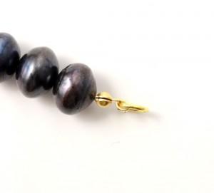 lukket ring som afslutning på halskæde med silkesnor
