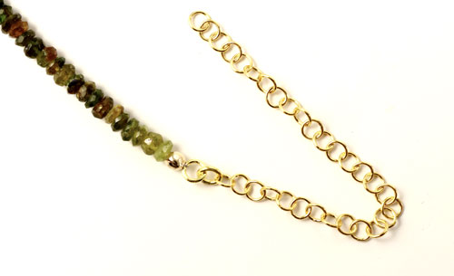 Halskæde med halvædelsten og forgyldt kædeforlænger