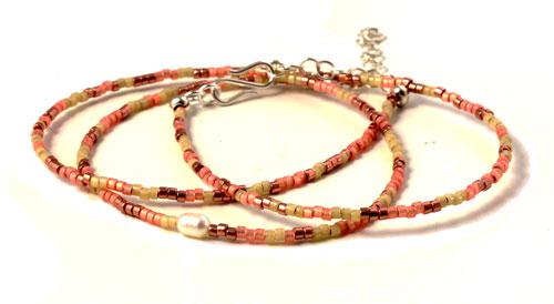 Armbånd med delica perler og ferskvandsperle
