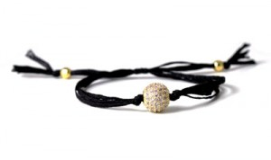 armbånd med silkesnor og forgyldt perle med indfattede zirkoner