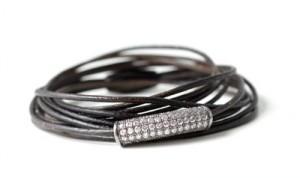 læderarmbånd med rør af indfattede zirkoner