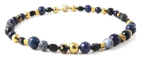 halskæde med halvædelstene og magnetlås med krystaller