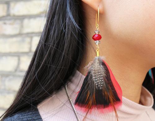 øreringe med fjer og krystaller