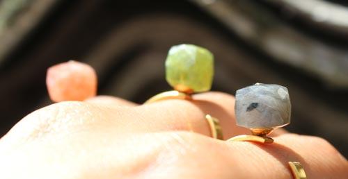 fingerringe med anborede cubes i halvædelsten