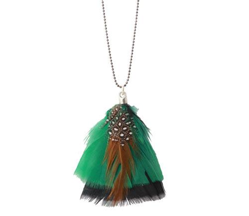 halskæde med grøn fjer fra kalkun og perlehøne