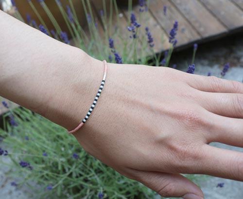 armbånd med seed beads på polyestersnor