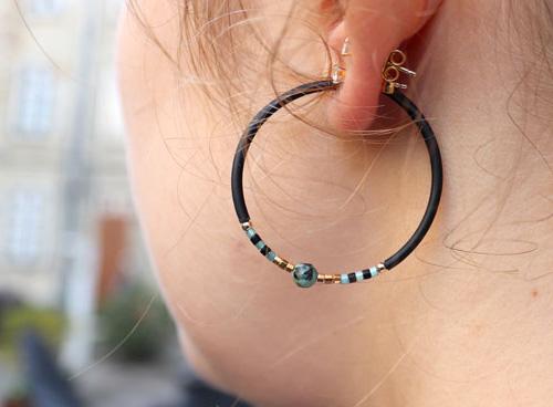 kreol med gummisnor og delica perler