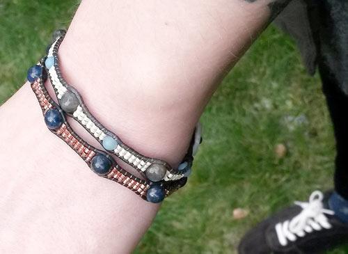 armbånd med delica perler, halvædelsten og læder