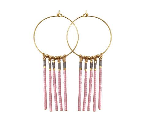 kreoler med frynser i rosa, grå og guld
