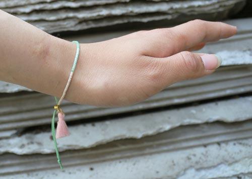 armbånd med glidelås og kvast