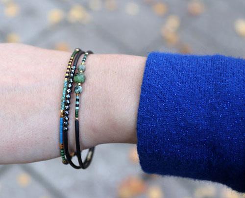 armbånd med memory wire, gummisnor og perler