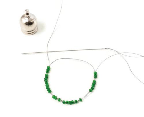 Hætten laves - den første række af perler