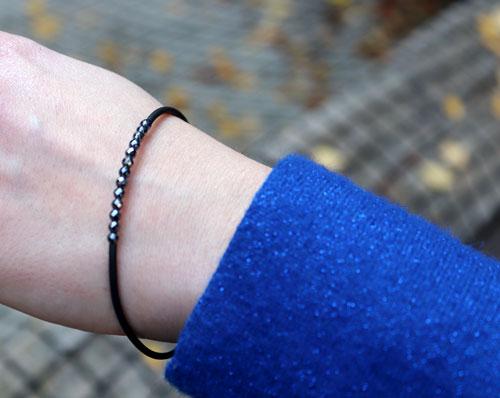 armbånd med memory wire, gummisnor og hematit perle