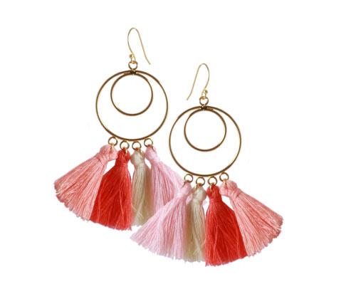 forgyldte øreringe med stofkvaste i lyserøde farver