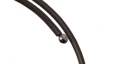 anboret hematit perle som afslutning på memory wire armbånd