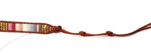 DIY vævede armbånd på knyttebræt med Tila perler og knaphuller