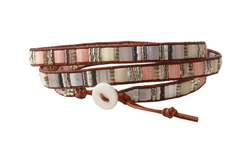 Armbånd med Tila beads i lyse nuancer og perlemors knap