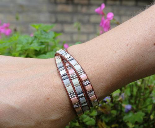Armbånd med Tila beads i lyse nuancer