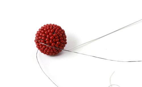 DIY kirsebær øreringe med røde seedbeads