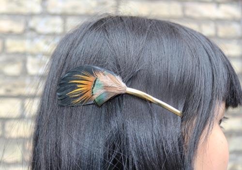hårklips med påfugl fjer