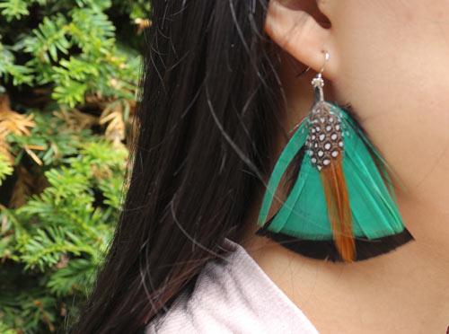 øreringe med fjer fra perlehøne og kalkun i grøn