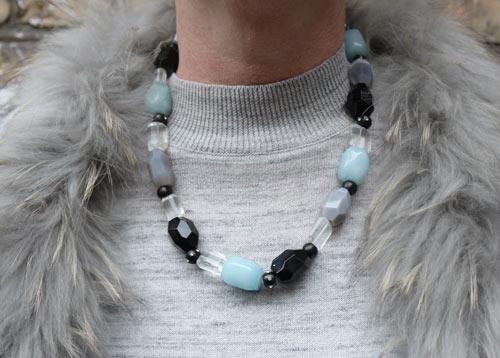 halskæde med aquamarin, bjergkvarts, onyx og grå agat