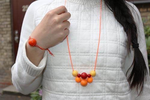 Orange, rød og gul halskæde med akrylperler