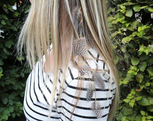 hårbøjle med perlehøne fjer