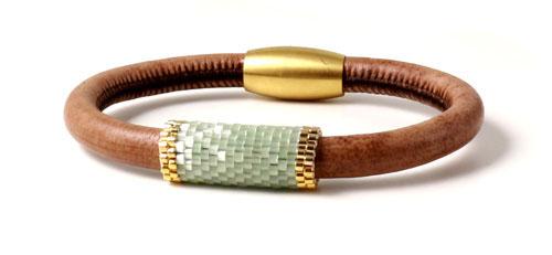 Armbånd i rundsyet læder med delica rør