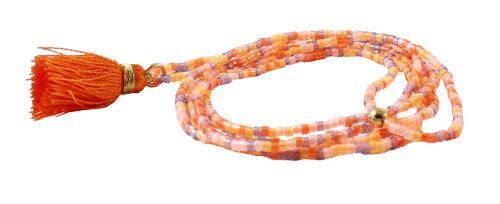 Lang halskæde med delica perler og orange kvast