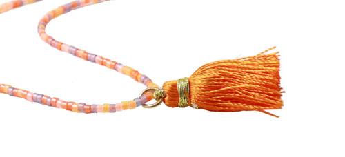 Orange halskæde med delica perler og kvast