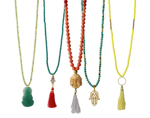 Lange halskæder med vedhæng i østens symboler