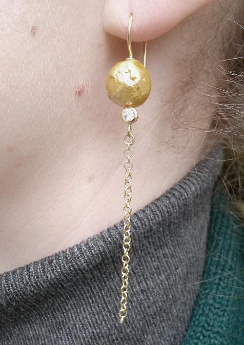 ørekrog med guldfarvet barokperler, krystal og kæde